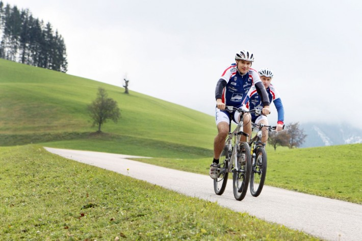 Zwei Männer beim Mountainbiken