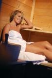 Eine Frau fühlt sich in unserer hauseigenen Sauna so richtig wohl.