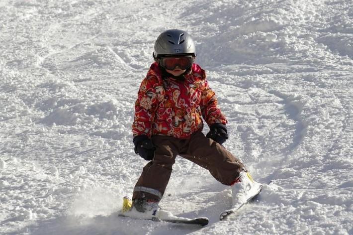Ein Kind lernt Skifahren.