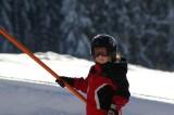 Ein Kind fährt mit dem Schlepplift.