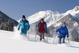 Eine Gruppe wandert im Schnee.