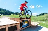 Mountainbikere springt von einer Rampe