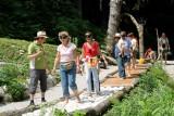 Eine Gruppe von Menschen wandert durch den Erlebnisgarten.