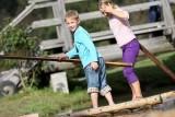 Zwei Kinder stehen auf einem Floß.
