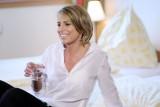Eine Frau trink ein Glas Wasser in einem unserer Gästezimmer