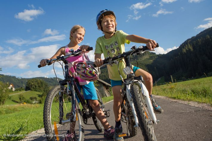 Ein Mädchen und ein Bub auf dem Rad am Ybbstalradweg.