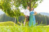 Marion und Peter vor einem Baum